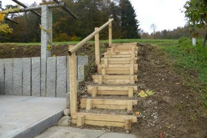 Holztreppe im garten interior design und m bel ideen for Gartengestaltung 2000qm